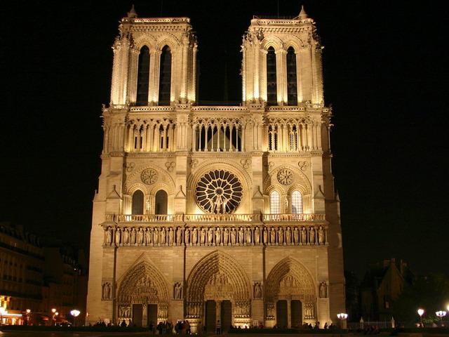 这座经典的哥特式教堂地处法国巴黎市中心,是西堤岛上的地标建筑,也是